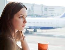 Café da bebida da mulher no aeroporto fotografia de stock royalty free