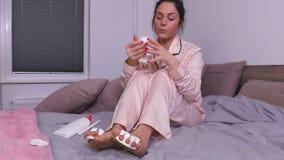 Café da bebida da mulher e pregos de secagem dos pés vídeos de arquivo