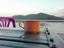 Café da bebida no meio da represa imagens de stock
