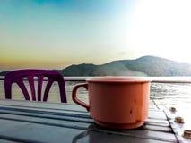 Café da bebida no meio da represa fotografia de stock