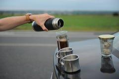 Café da fabricação de cerveja da alternativa em uma imprensa francesa na capa de um carro no lado da estrada em uma viagem foto de stock royalty free