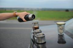 Café da fabricação de cerveja da alternativa em uma imprensa francesa na capa de um carro no lado da estrada em uma viagem foto de stock