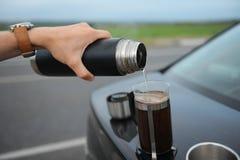 Café da fabricação de cerveja da alternativa em uma imprensa francesa na capa de um carro no lado da estrada em uma viagem fotografia de stock royalty free