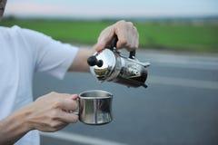 Café da fabricação de cerveja da alternativa em uma imprensa francesa na capa de um carro no lado da estrada em uma viagem imagem de stock