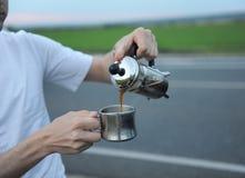 Café da fabricação de cerveja da alternativa em uma imprensa francesa na capa de um carro no lado da estrada em uma viagem fotos de stock