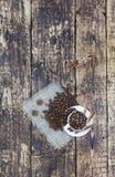 Café da grão em um copo, que esteja em um pano de saco da serapilheira Canela em uma bandeja e amarrada com uma corda O anis star foto de stock