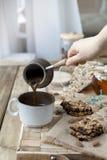 Café da manhã útil do muesli e de frutos secados Fundo de madeira Uma manhã deliciosa Lugar para o texto Alimento saudável vegeta imagem de stock royalty free