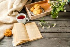 Café da manhã acolhedor com os bolos recentemente cozidos Fotos de Stock