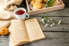 Café da manhã acolhedor com os bolos recentemente cozidos Fotografia de Stock Royalty Free