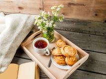 Café da manhã acolhedor com os bolos recentemente cozidos Imagem de Stock Royalty Free