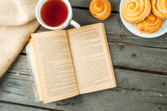 Café da manhã acolhedor com os bolos recentemente cozidos Fotografia de Stock