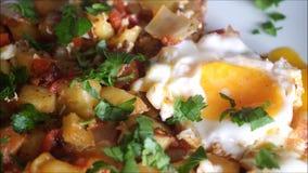 Café da manhã afegão do estilo na placa branca, fundo filme