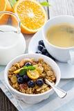 Café da manhã ajustado na tabela com granola Imagens de Stock Royalty Free