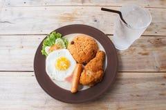 Café da manhã americano na manhã na tabela de madeira Imagem de Stock Royalty Free