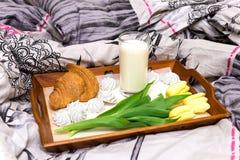 Café da manhã bonito na cama Fotografia de Stock