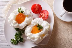 Café da manhã bonito: ovos Orsini e opinião superior horizontal do café Imagens de Stock Royalty Free