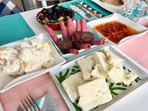 Café da manhã bosniano tradicional com Soka, Sucuk/Sujuk, presunto e pimenta vermelha com creme da manteiga fotografia de stock