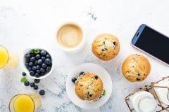 Café da manhã brilhante e pairoso com muffin de blueberry imagem de stock royalty free