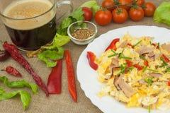 Café da manhã caseiro com uma xícara de café Ovos mexidos frescos com bacon e vegetais Atletas do café da manhã Preparando ovos fotos de stock royalty free