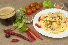 Café da manhã caseiro com uma xícara de café Ovos mexidos frescos com bacon e vegetais Atletas do café da manhã Preparando ovos foto de stock