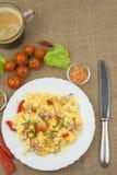 Café da manhã caseiro com uma xícara de café Ovos mexidos frescos com bacon e vegetais Atletas do café da manhã Preparando ovos Imagens de Stock
