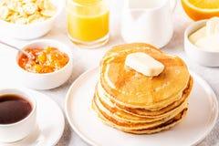Café da manhã caseiro delicioso com panquecas imagem de stock royalty free