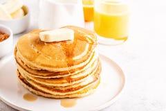 Café da manhã caseiro delicioso com panquecas fotografia de stock
