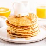 Café da manhã caseiro delicioso com panquecas foto de stock