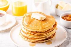 Café da manhã caseiro delicioso com panquecas imagens de stock