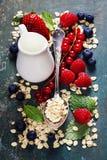 Café da manhã com aveia e bagas Foto de Stock Royalty Free