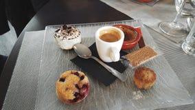 Café da manhã com café, biscoitos, queques Imagem de Stock