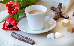 Café da manhã com bolinhos e flores fotos de stock