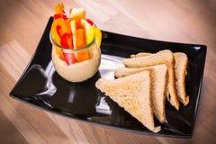 Café da manhã com brindes, fatias de vegetais fotografia de stock royalty free