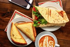 Café da manhã com cappuccino e sanduíche Imagem de Stock