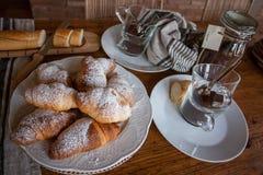 Café da manhã com coffe e croissant Fotos de Stock