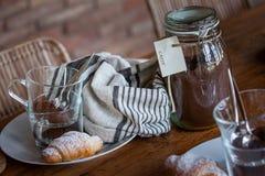 Café da manhã com coffe e croissant Foto de Stock