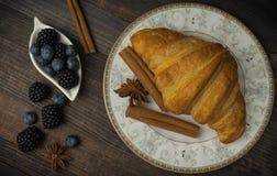 Café da manhã com croissant, folhas Configuração lisa, vista superior fotos de stock royalty free
