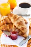 Café da manhã com croissant, xícara de café e suco de laranja fotografia de stock royalty free