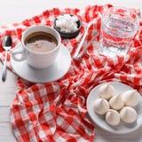 Café da manhã com deleites na toalha de mesa quadriculado à moda no fundo branco Imagem de Stock Royalty Free