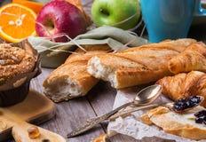 Café da manhã com doce da manteiga do croissant do pão do café do suco de laranja Fotos de Stock Royalty Free