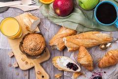 Café da manhã com doce da manteiga do croissant do pão do café do suco de laranja Imagens de Stock