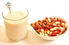 Café da manhã com leite e amêndoas da amêndoa Fotos de Stock