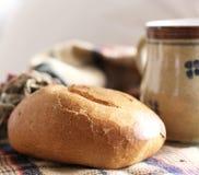Café da manhã com leite e rolo de pão duro fresco com a semente da linhaça e de girassol Vista lateral conceito do alimento imagens de stock royalty free