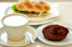 Café da manhã com o bolo do cappuccino e de chocolate Fotos de Stock Royalty Free