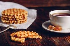 Café da manhã com o copo do chá e dos waffles Imagem de Stock