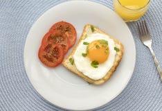 Café da manhã com o ovo frito no brinde fotografia de stock