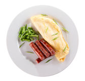 Café da manhã com omeleta, aspargo e salsichas imagem de stock royalty free