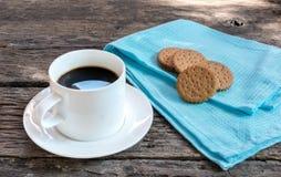 Café da manhã com os biscoitos na tabela de madeira Fotos de Stock