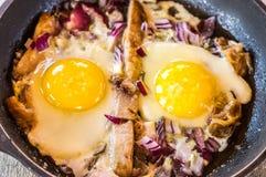 Café da manhã com os ovos mexidos com bacon e cebolas foto de stock royalty free