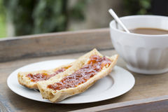 Café da manhã com pão e chocolate quente Foto de Stock